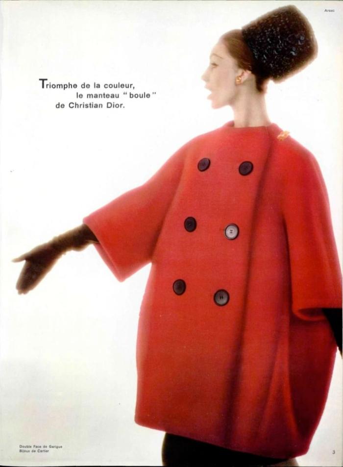 """Triomphe de la couleur, le manteau """"Boule"""" de Christian Dior, Guy Arsac 1960 L'Officiel 455-56"""