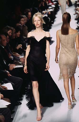 Kirsten Owen wears Oscar de la Renta on the Spring 1998 runway