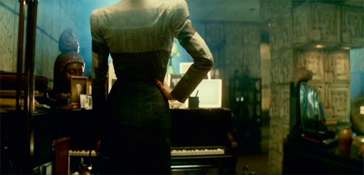 Rachael (Sean Young) visits Deckard's apartment in Blade Runner (1982)